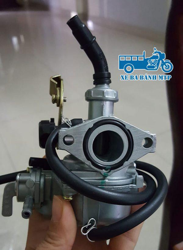 Chế hòa khí xe ba bánh hay còn được gọi là bình xăng con xe ba bánh, là bộ phận tiếp nhận xăng từ ống dẫn nối với bình xăng lớn